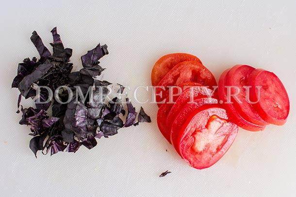 Нарезаем помидоры и базилик