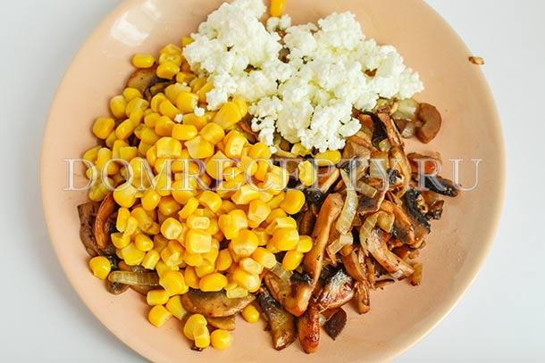 Смешиваем грибы, творог и кукурузу