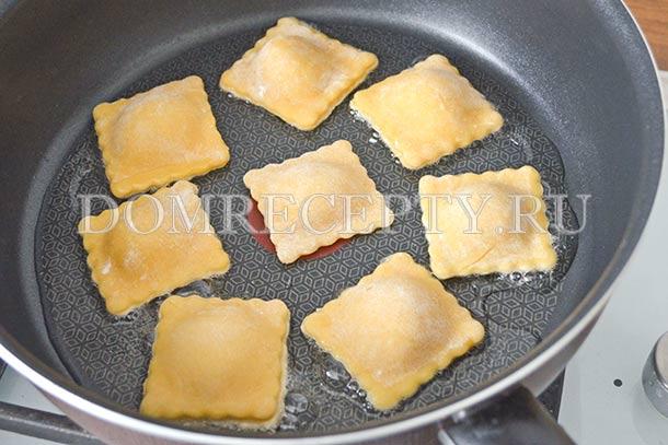 Обжариваем равиоли с курицей на сковороде