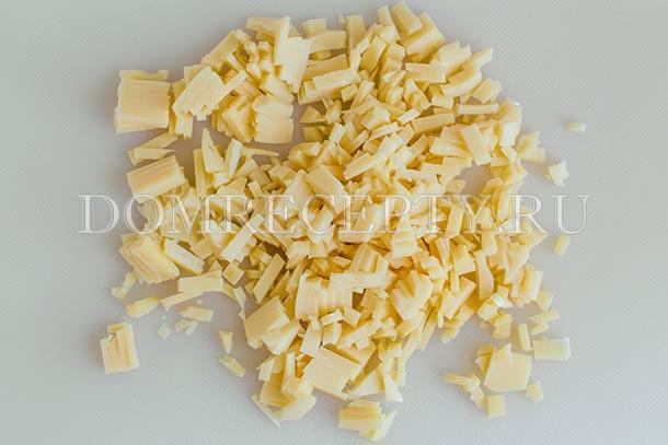 Нарезаем или натираем сыр