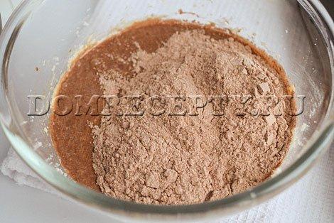 По частям добавляем мучную смесь к масляной