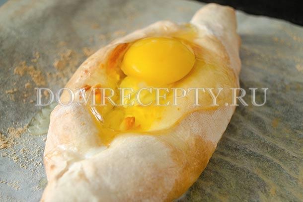Разбиваем на лодочки яйцо