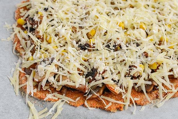 Выкладываем начинку и посыпаем сыром
