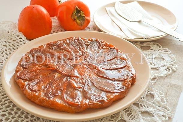 Пирог-перевертыш с хурмой, приготовленный в духовке