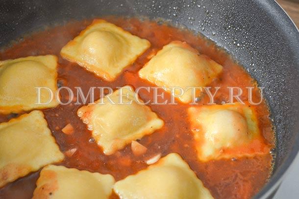 Добавляем к равиоли томатный соус