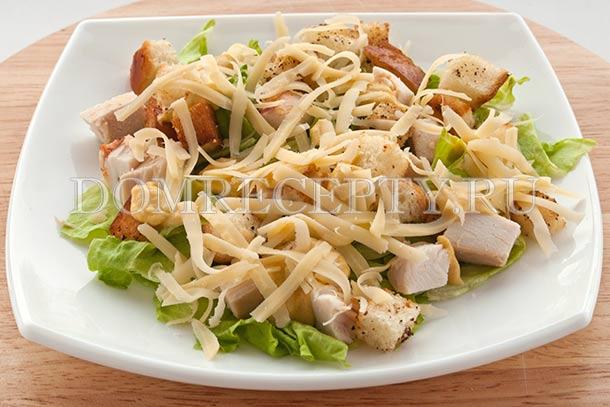 Домашний салат «Цезарь» с курицей и сухариками