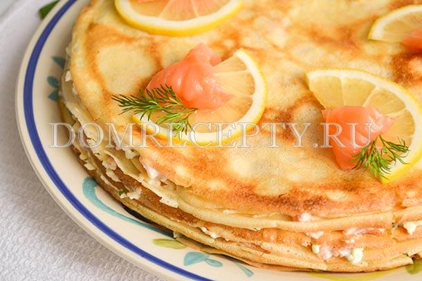 Украшаем блинный торт лимоном и кусочками красной рыбы