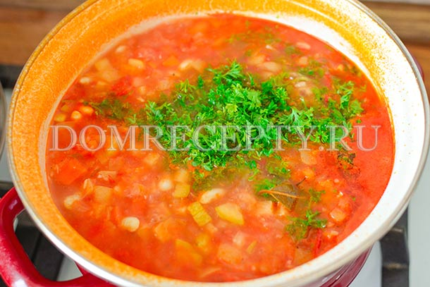 Добавляем в готовый овощной суп зелень