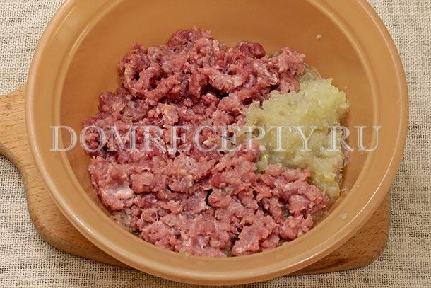 Добавляем к мясному фаршу измельченный лук