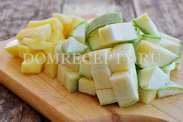 Нарезаем кабачок и картофель