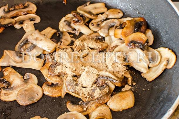 Добавляем грибную пудру, перец и соль