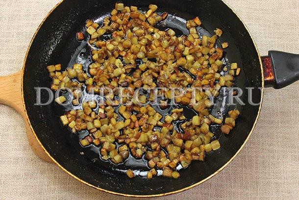 Обжариваем мелко нарезанные баклажаны