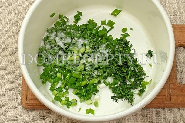 Растираем нарезанную зелень с солью