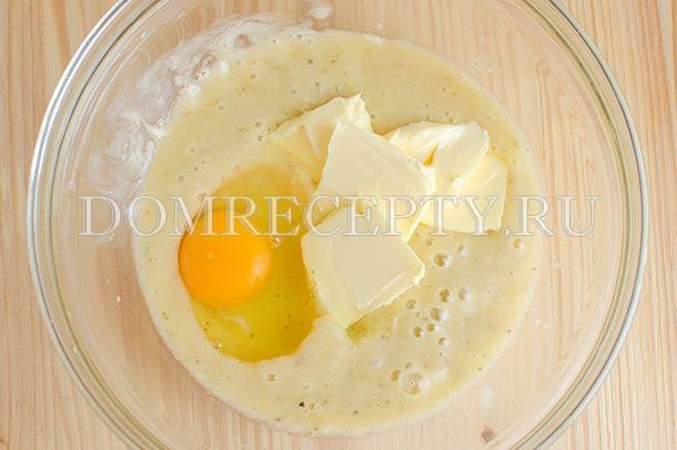 Добавляем яйцо и сливочное масло, перемешиваем миксером
