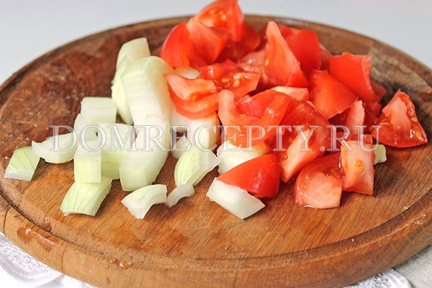 Нарезаем лук и помидоры