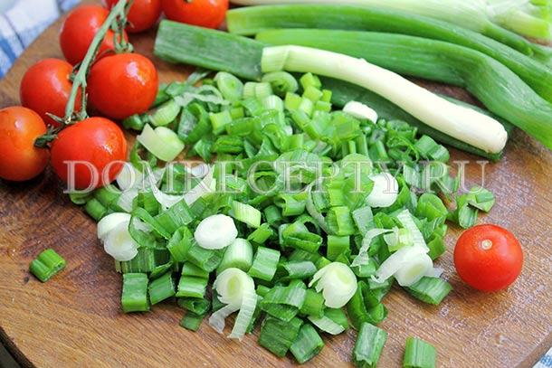 Нарезаем зеленый лук колечками