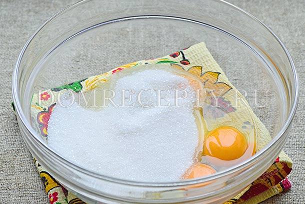 Соединяем яйца с сахаром