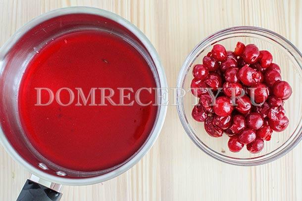 Отжимаем вишневый сок, добавляем половину воды