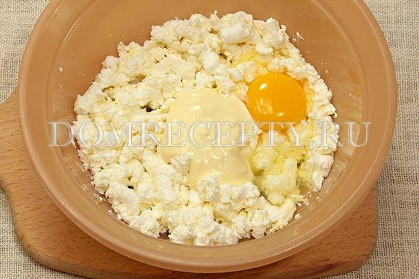 Вбиваем яйцо и добавляем сметану