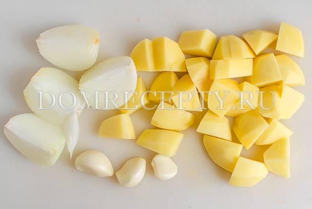 Нарезаем картофель и лук, чистим чеснок