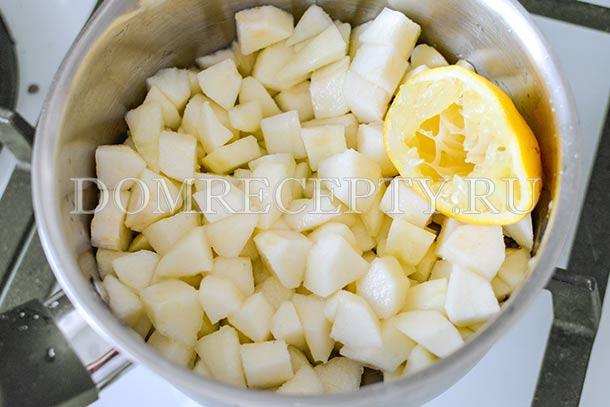 Кусочки груш поливаем лимонным соком