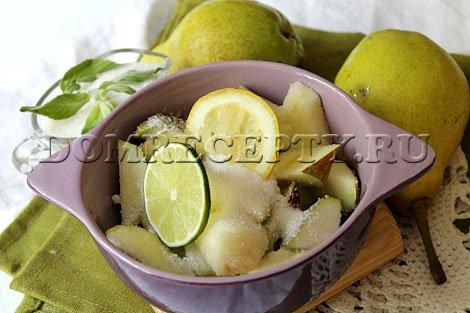 Шаг 2 - Засыпаем дольки груш сахаром, добавляем лимон и лайм