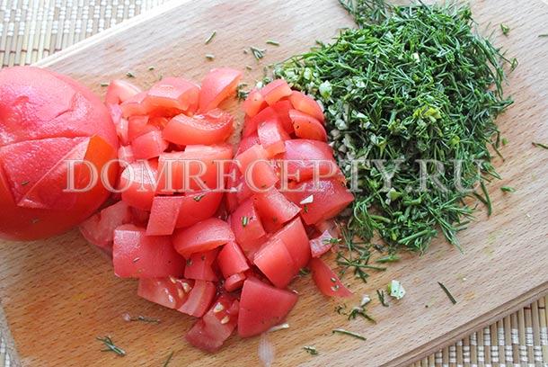 Измельчаем помидоры, чеснок и зелень