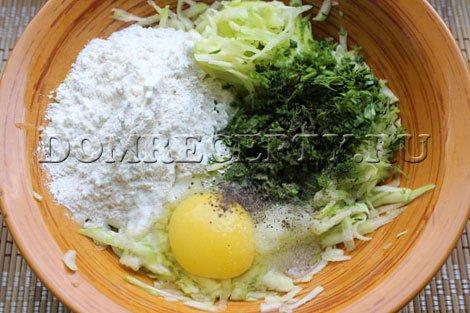 Шаг 3 - Добавляем к овощам яйцо, муку и зелень, перемешиваем
