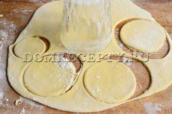 Шаг 3 - Раскатываем тесто и вырезаем кружочки