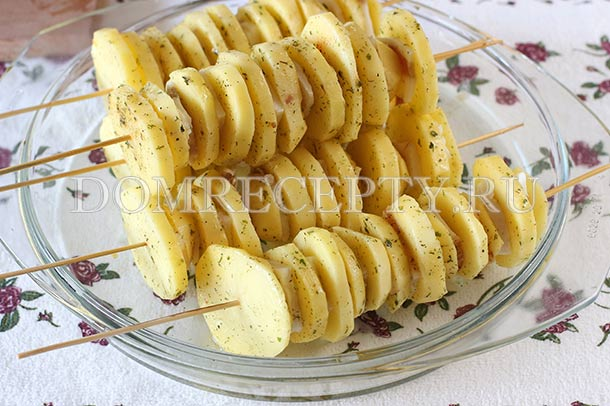 Нанизываем картошку и сало на шпажки