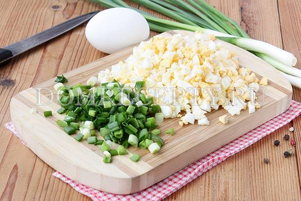 Нарезаем зеленый лук и вареные яйца