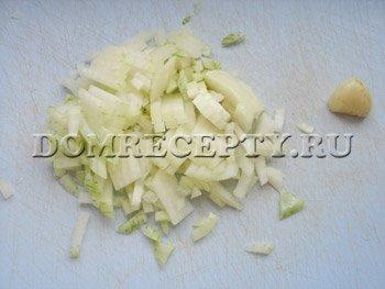 Режем лук, чистим чеснок