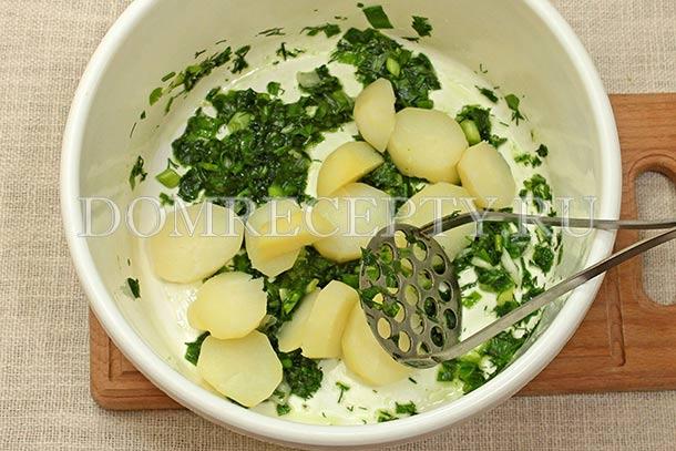 Добавляем к зелени часть картофеля