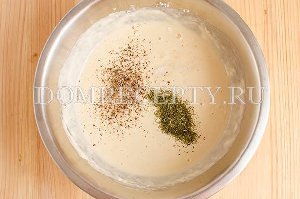 Добавляем соль, перец и сушеный укроп