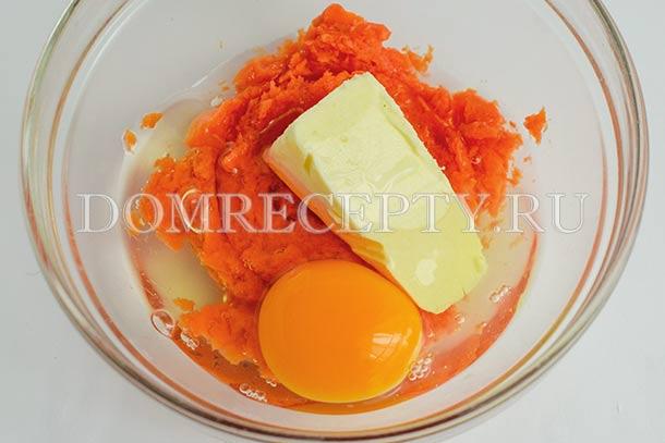 Добавляем масло и яйцо