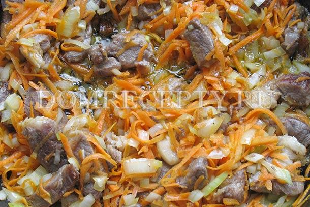 Добавляем на сковороду к мясу овощи