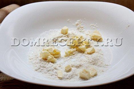 Шаг 3 - Перетираем нарезанное масло с мукой и сахаром