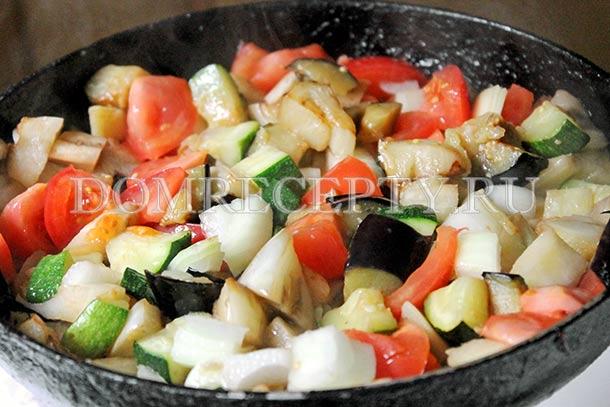 Добавляем на сковороду лук и помидоры