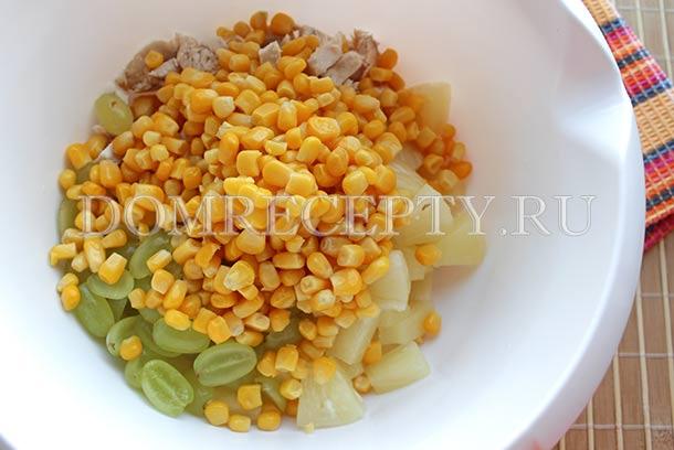 Соединяем курицу, ананасы, кукурузу и виноград
