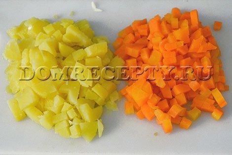 Нарезаем картофель и морковь