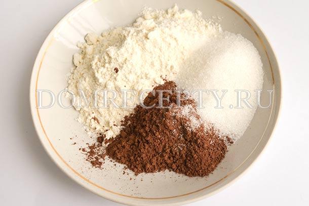 Смешиваем муку с сахаром и какао