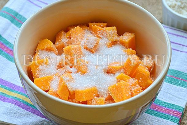 Кусочки тыквы посыпаем сахаром