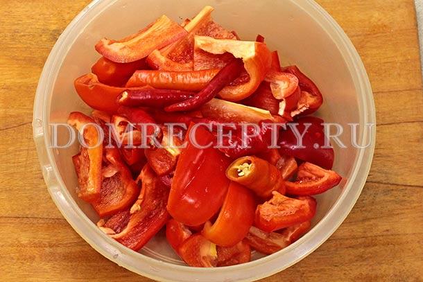 Режем сладкий и острый перец