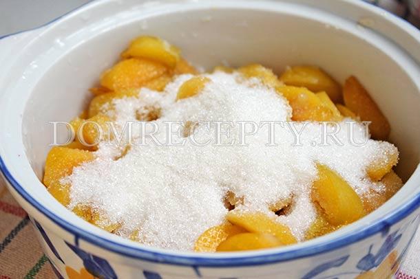 Посыпаем сливу сахаром