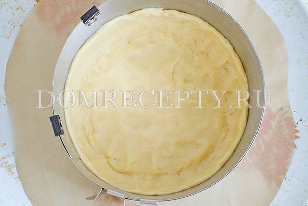 Выкладываем тесто в форму, формируем бортики