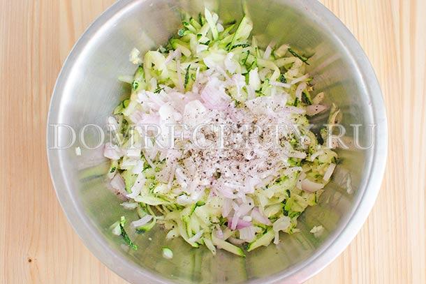 Смешиваем лук с кабачками, солим и перчим