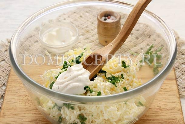 Добавляем к яйцам и сыру майонез и чеснок