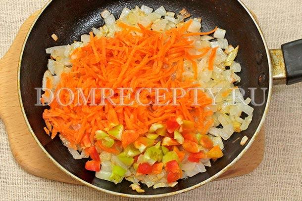 Добавляем морковь и мякоть перца
