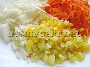 Нарезаем лук и один перец, натираем морковь