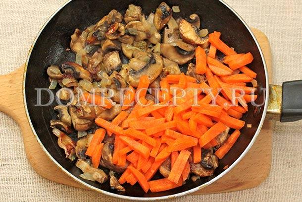 К подрумянившимся грибам добавляем морковь